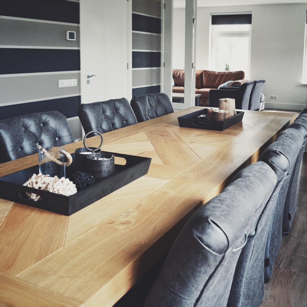 De grote tafel van 3,25 meter lang heeft genoeg plaats voor acht comfortabele stoelen.