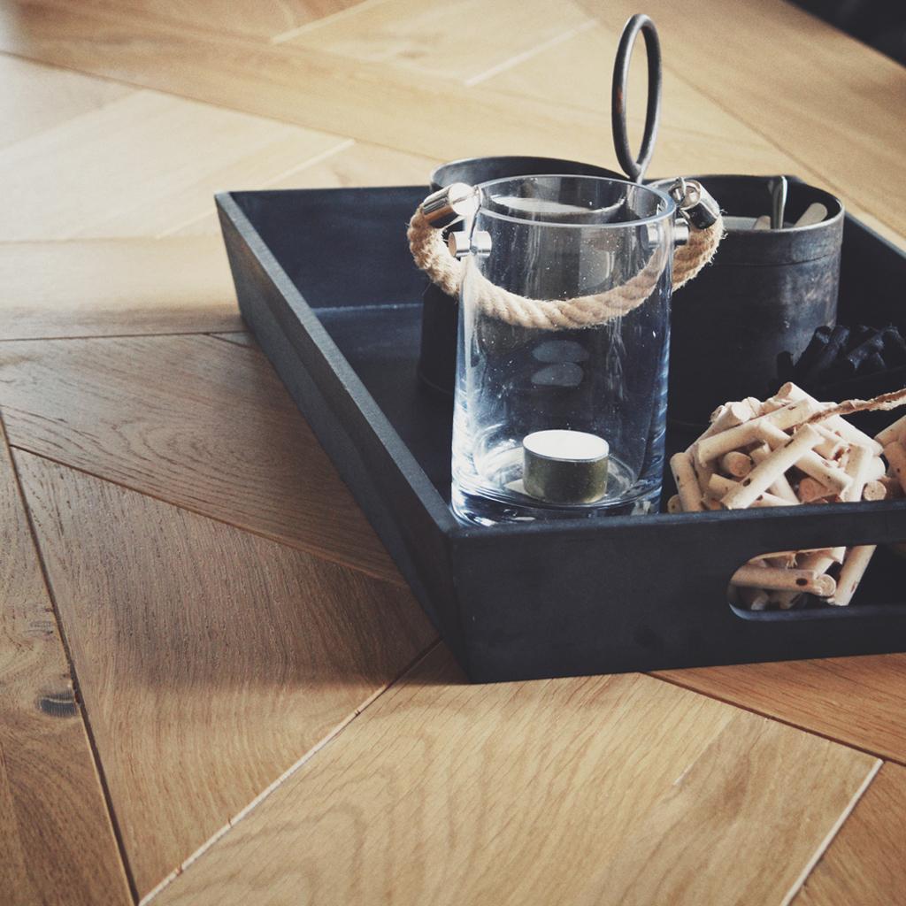 Door het unieke patroon in het tafelblad oogt de tafel ondanks zijn flinke omvang niet massief.