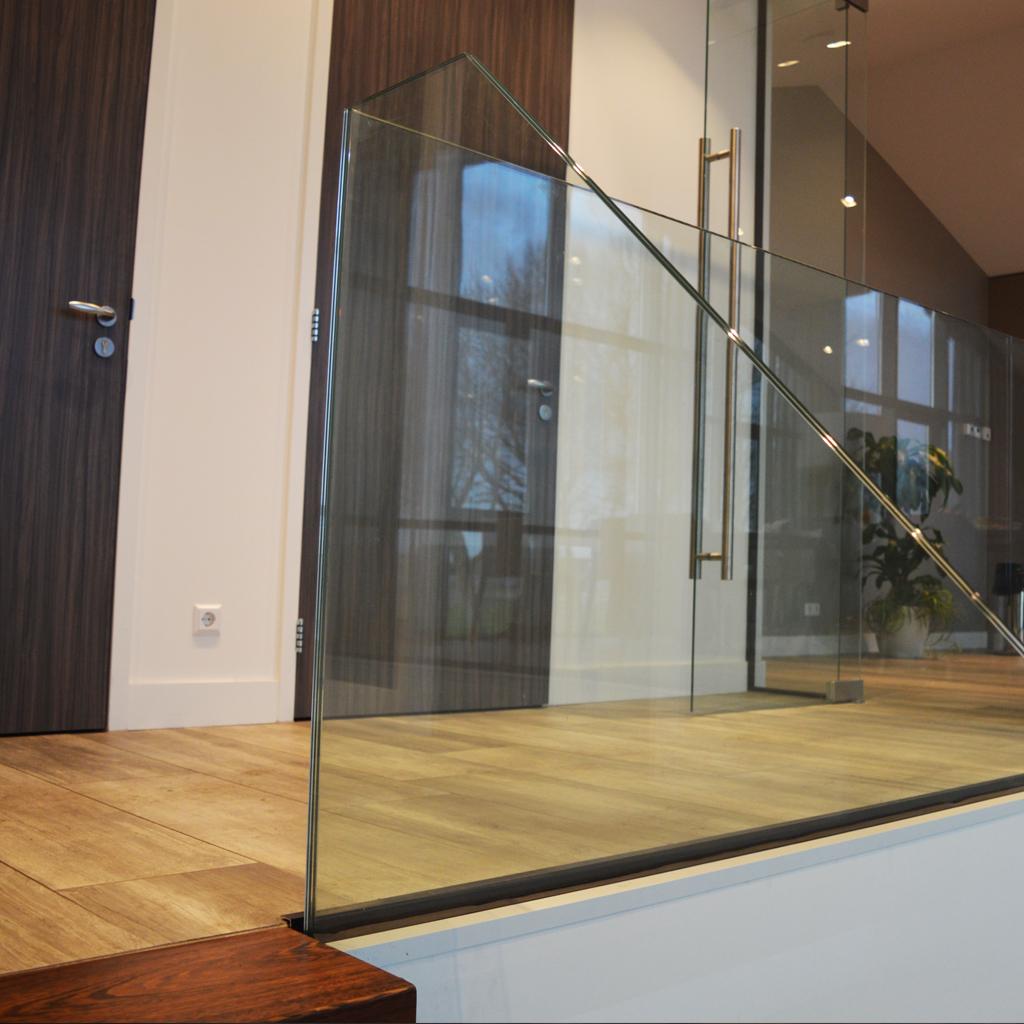 zwevende trap hout en glas